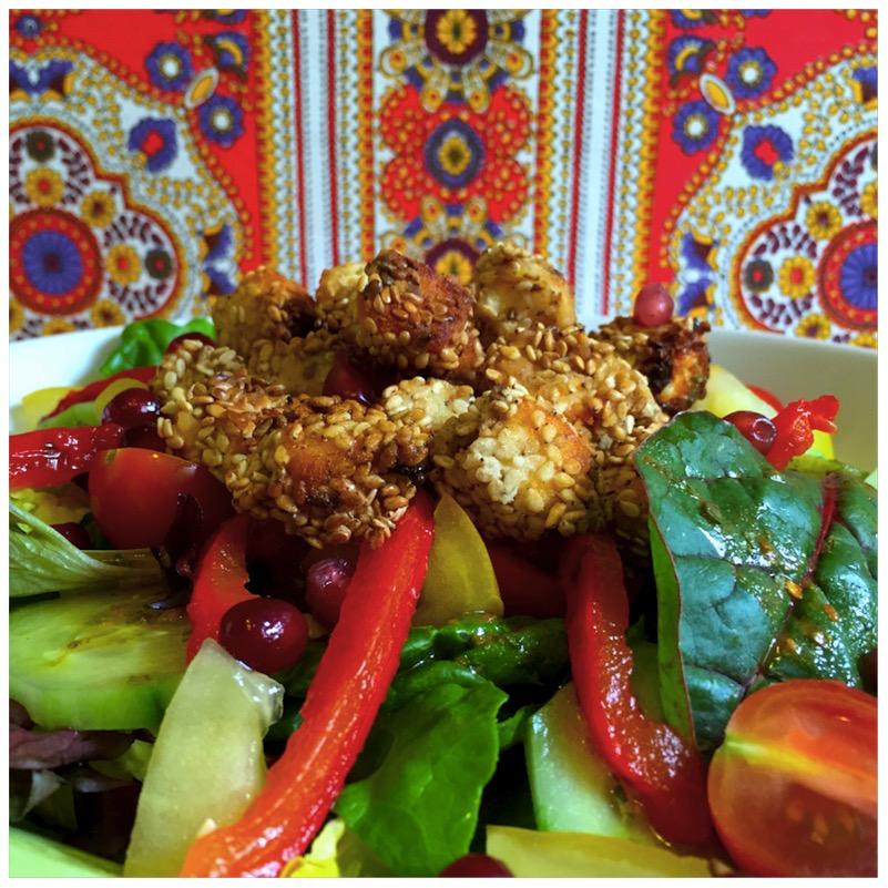Bunter Salat mit gebackenen Schafskäse