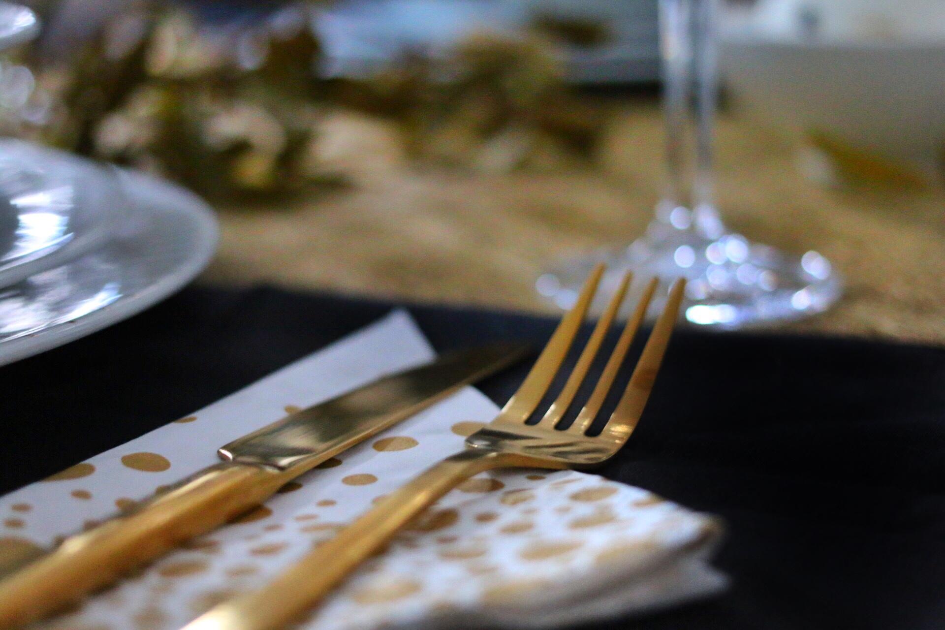 Goldene Weihnachtstafel und DIY Platzanhänger von eat blog love