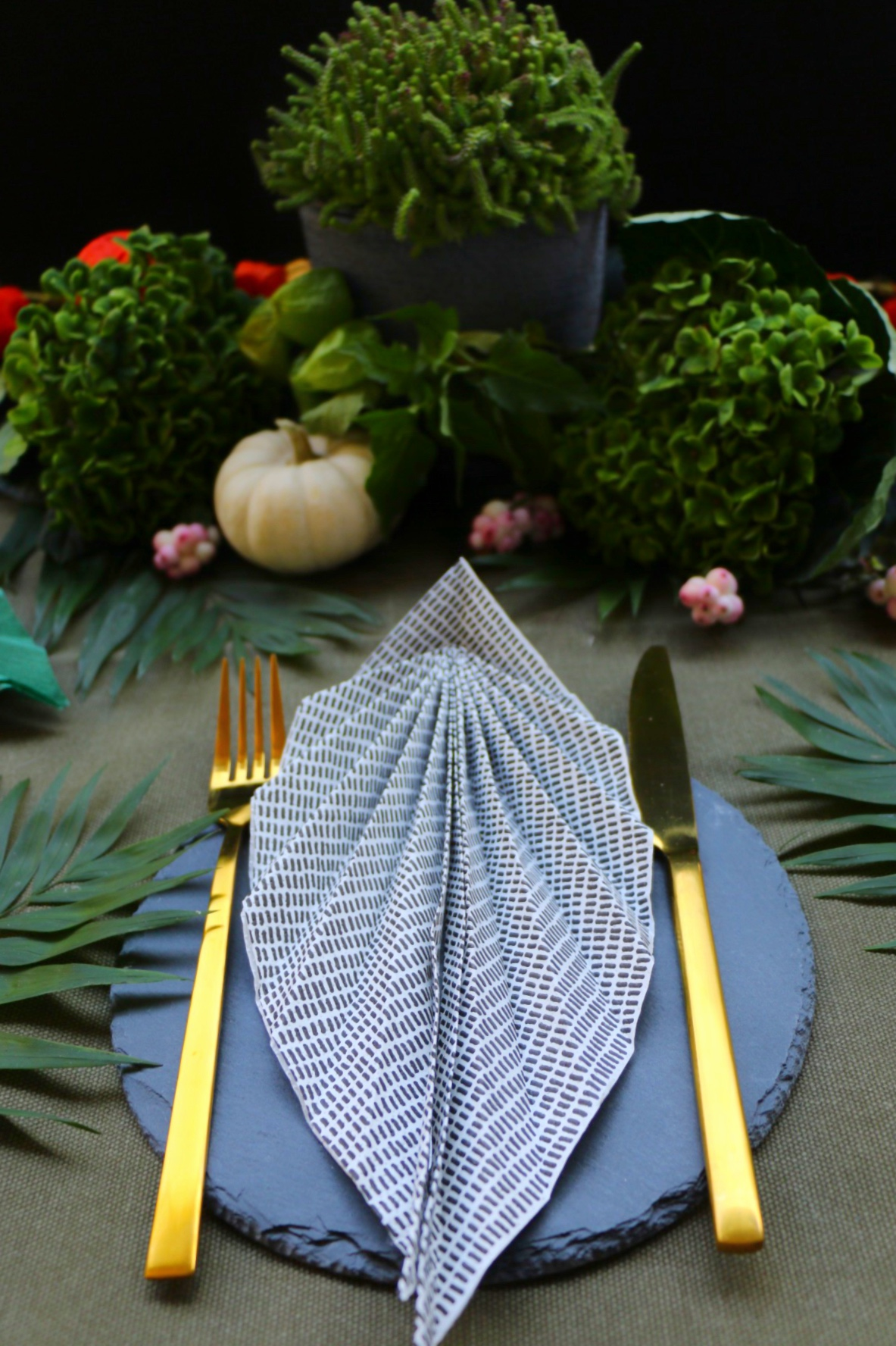 Urban Jungle Table Setting - Servietten zu Blatt falten by eat blog love