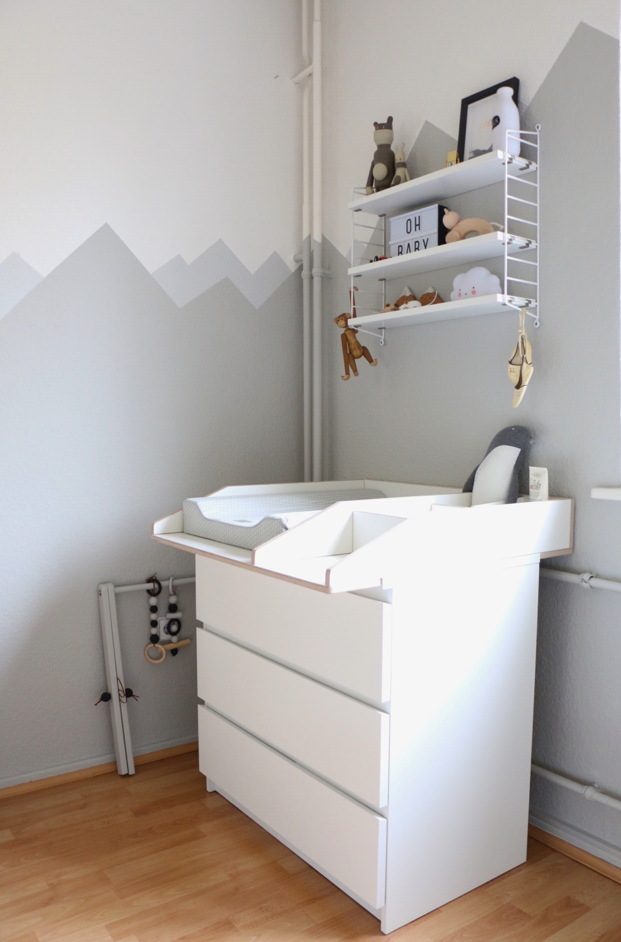 mountain nursery wallpaint wandgestaltung im babyzimmer. Black Bedroom Furniture Sets. Home Design Ideas