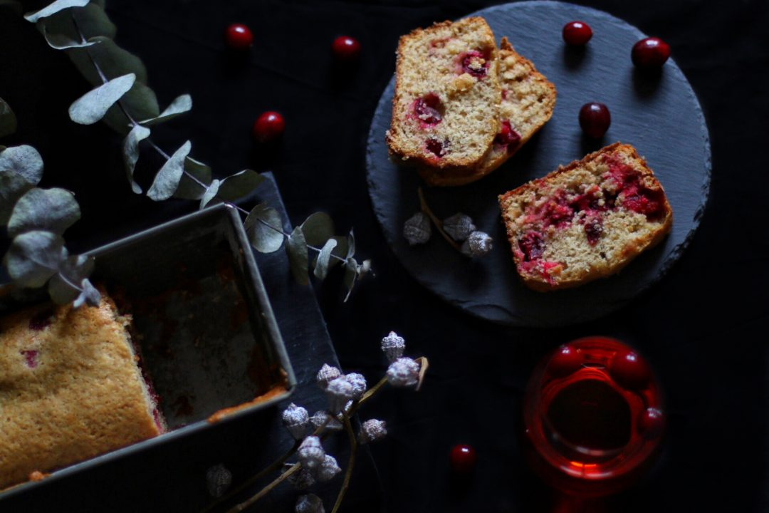 Veganes Bananenbrot mit frischen Cranberries by eat blog love
