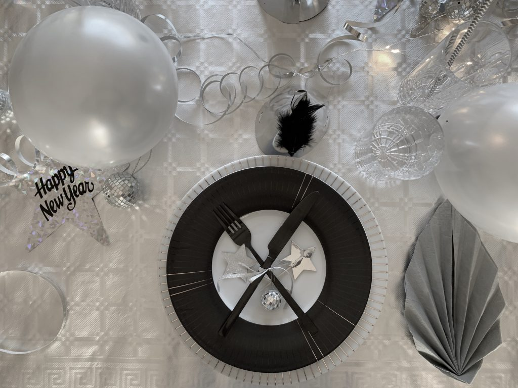 New Years Table Setting - Silvester Tischdeko in Silber by eat blog love