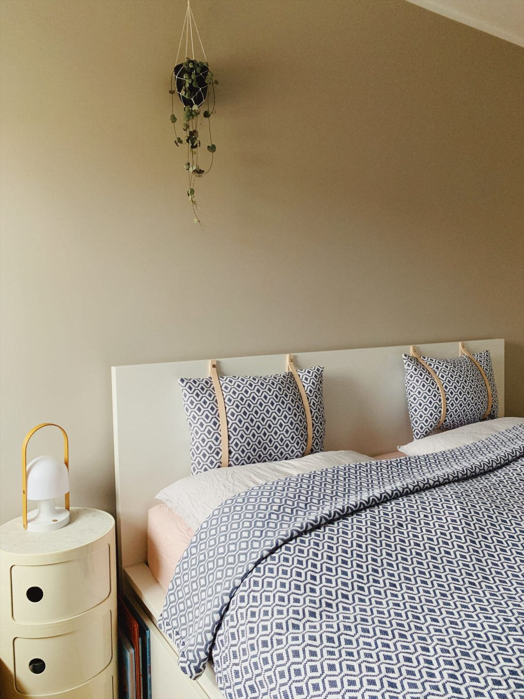 Ikea Hack: DIY Malm Headboard - Malm Kopfteil mit Lederriemen individualisieren by eat blog love