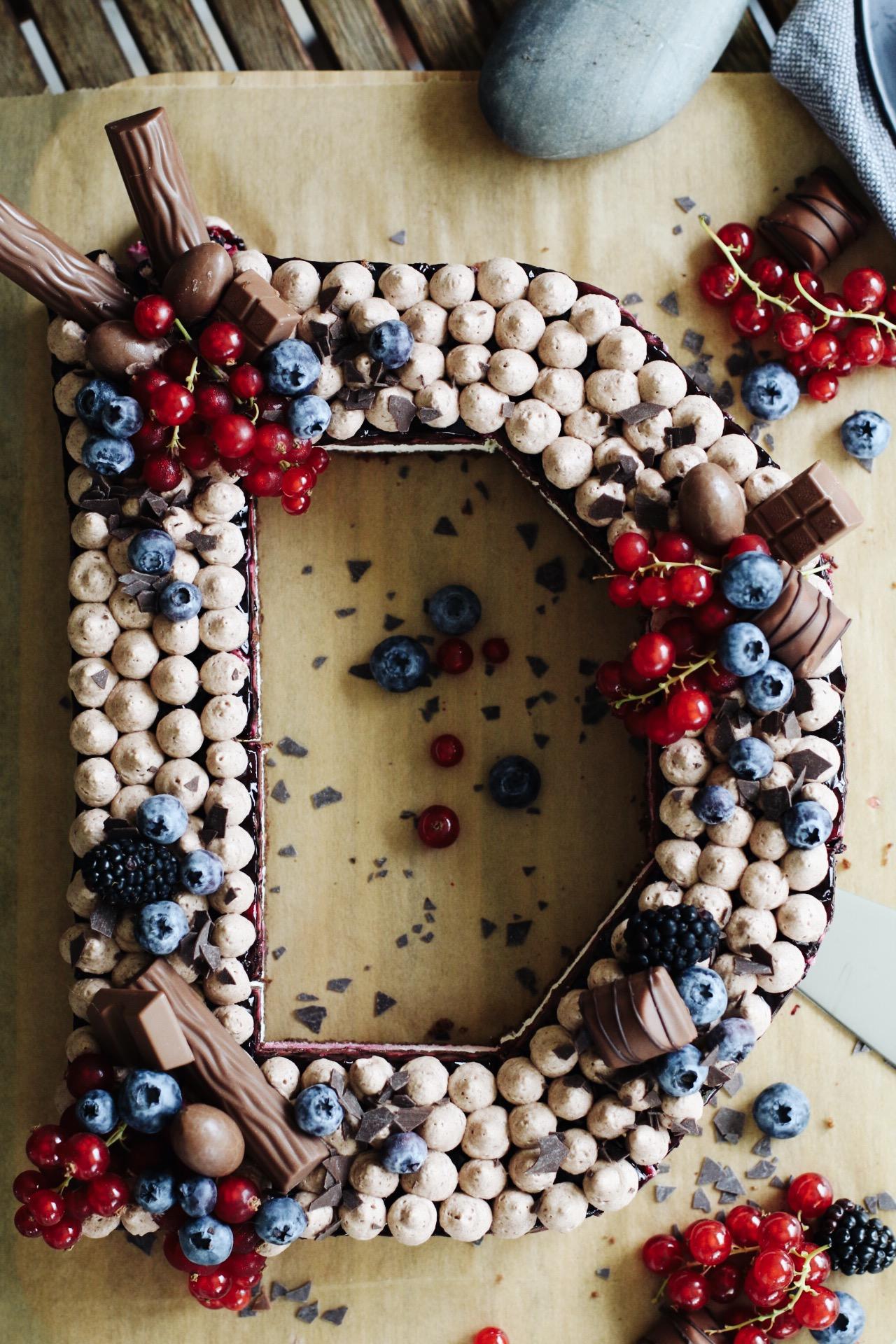 Schneller Letter Candy Cake mit Schokolade & Beeren by eat blog love