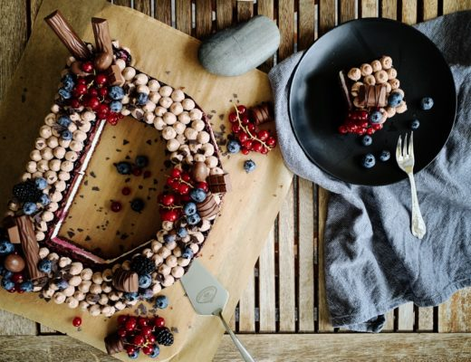 Letter Candy Cake mit Schokolade und Beeren