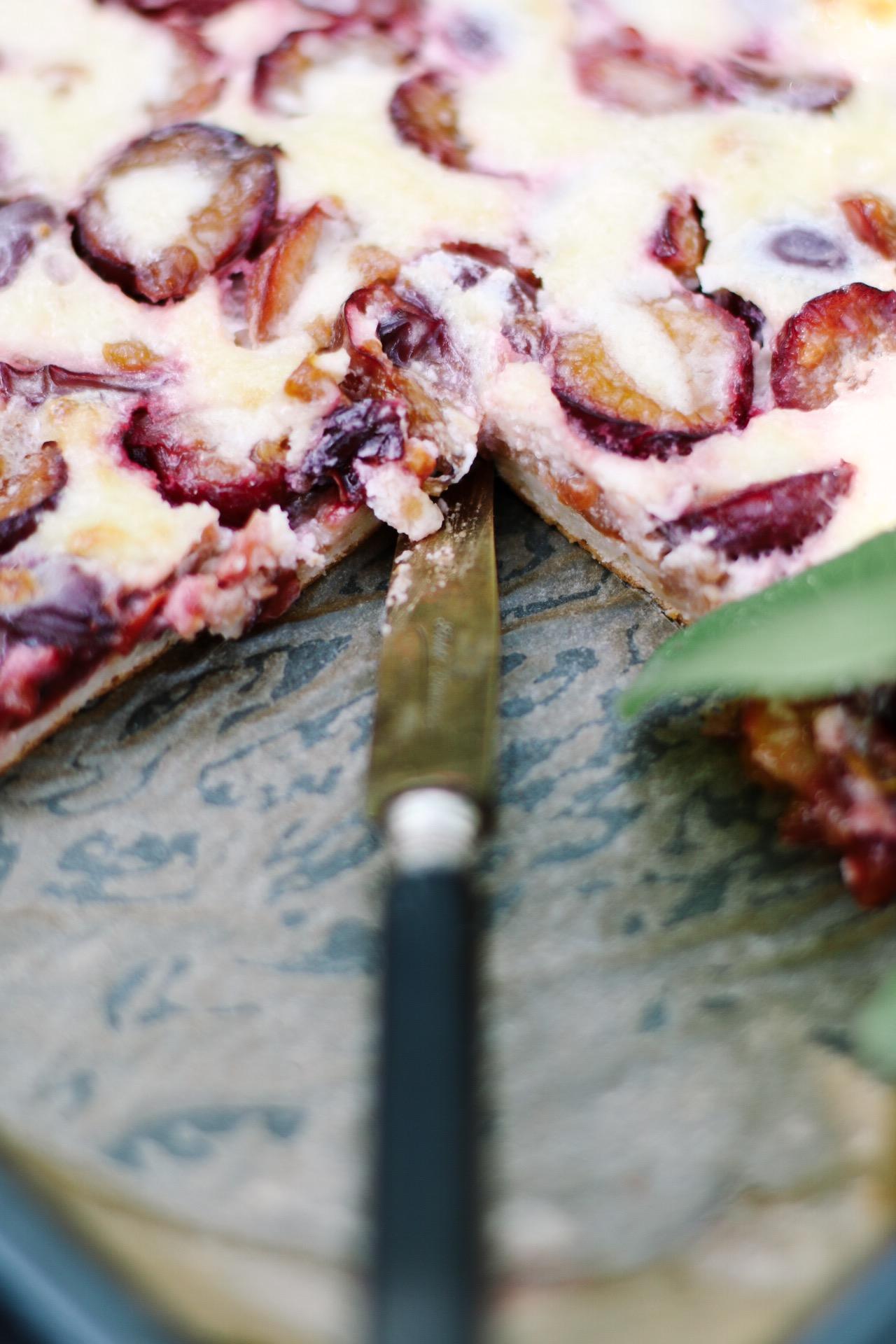 Italienischer Renekloden Blechkuchen aka Pflaumenkuchen mit Amarettini by eat blog love