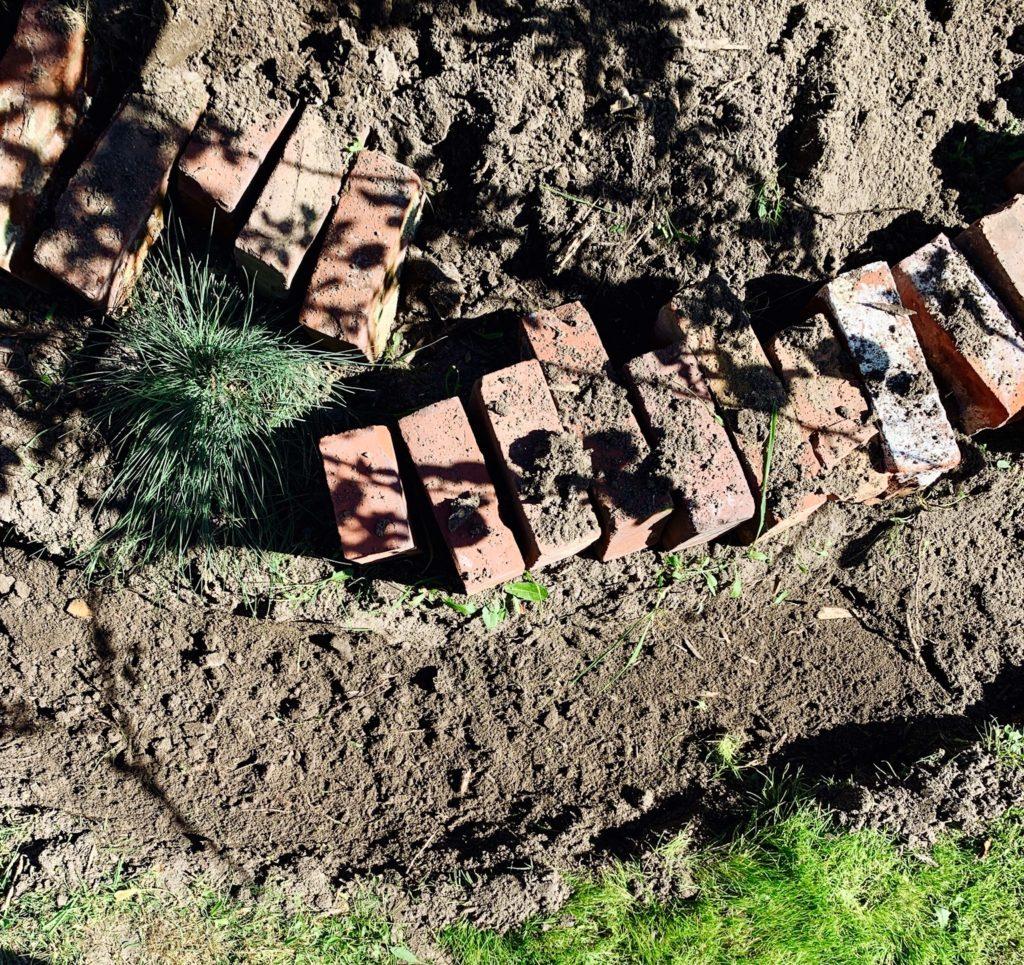 Garden DIY: Beeteinfassung aus alten Backsteinen by Sarah Piede from eatbloglove.de