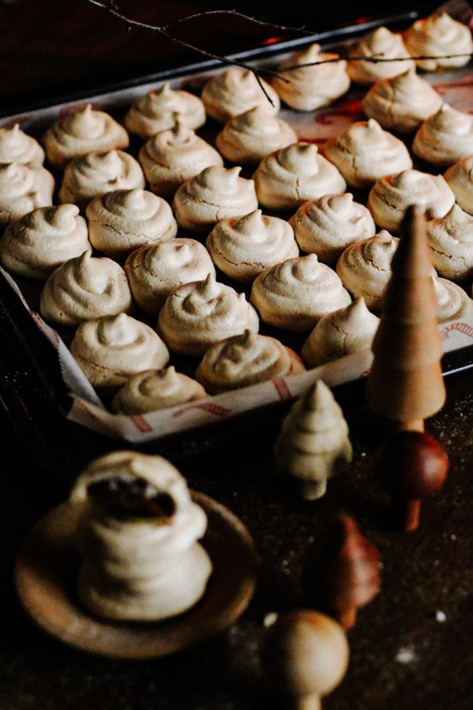Feenküsse: Baiserhäubchen mit Karamell-Nuss-Kern by eat blog love