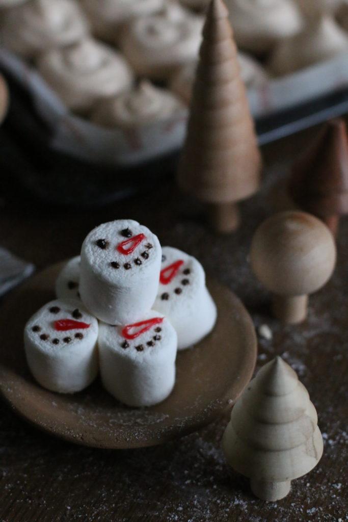 Dänische heiße Schokolade mit Marshmallow-Schneemännern eatbloglove.de