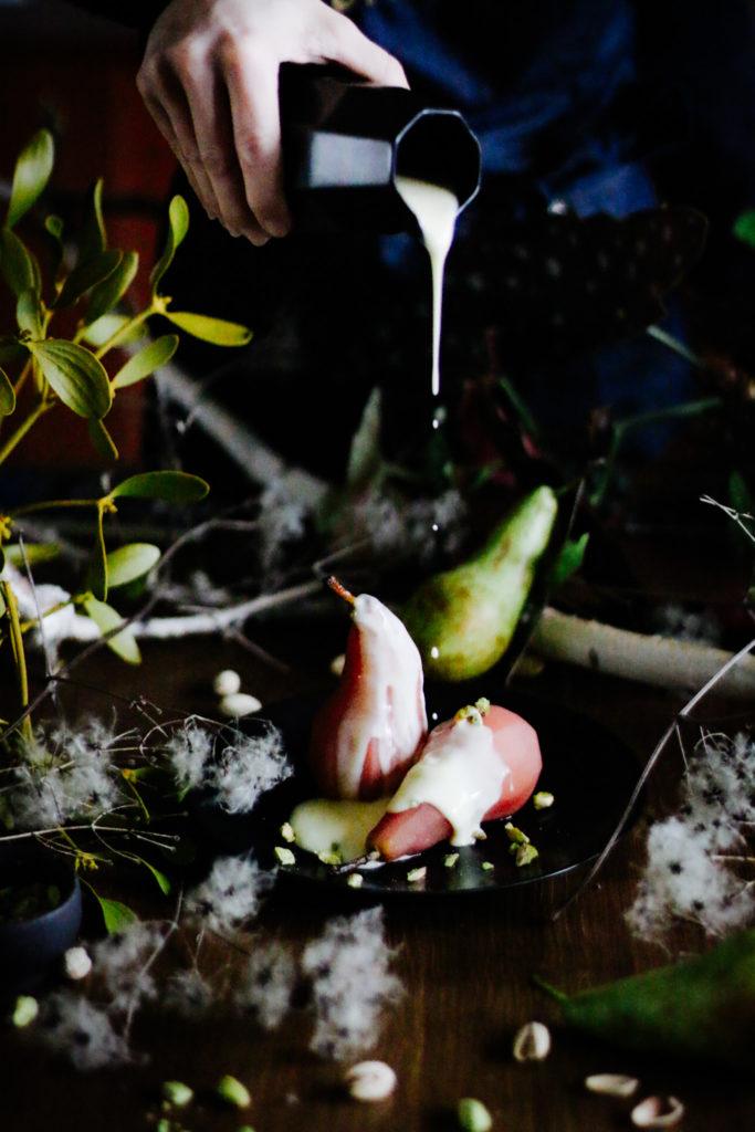 Pochierte Birne mit Vanillesauce und gesalzenen Pistazien by eat blog love