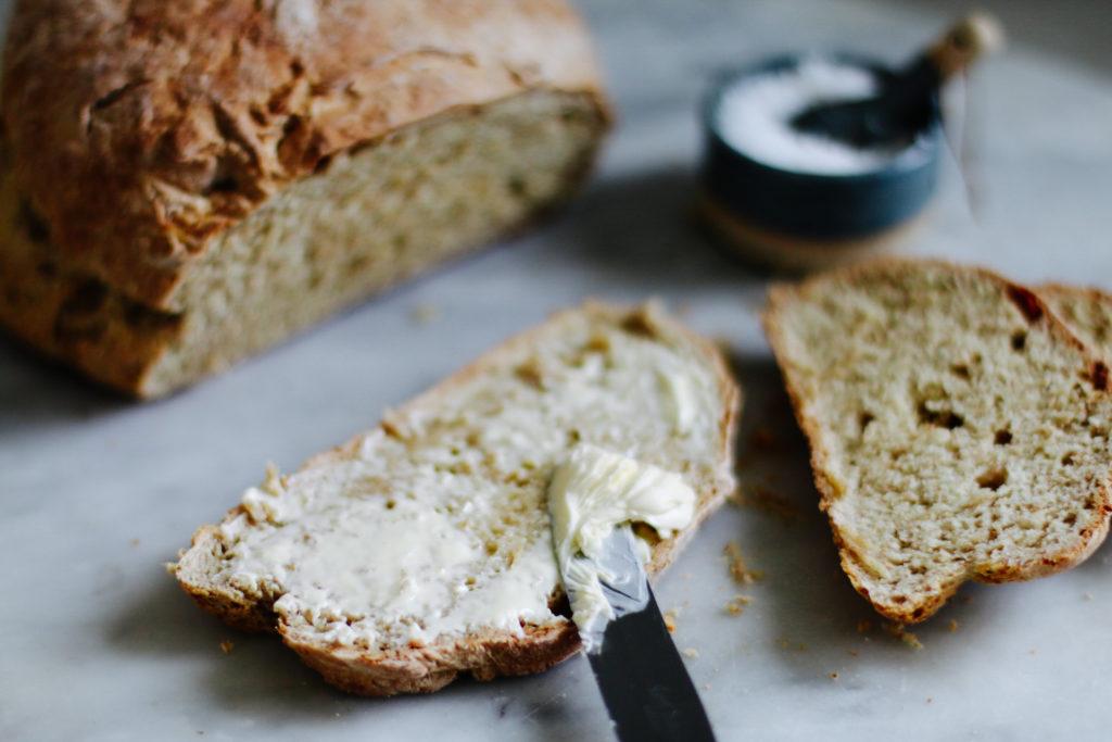 Sodabrot: Schnelles Buttermilch Brot ohne Hefe backen by eatbloglove.de