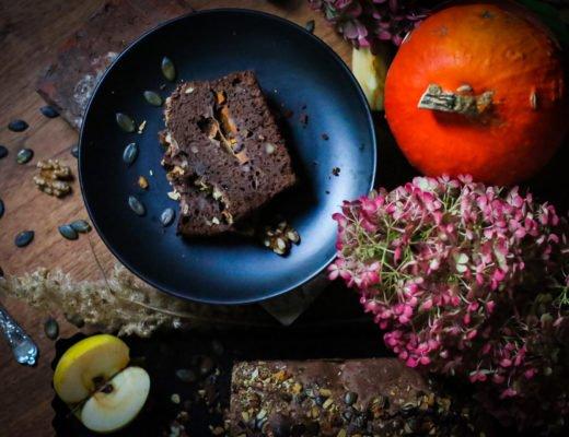 Schokoladen-Kürbis-Kuchen mit Vanillesauce by eat blog love
